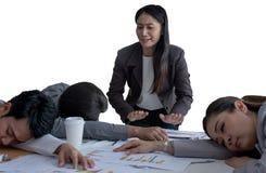 Empregados de observação do chefe irritado que dormem no escritório porque sobrecarregado com demasiado isolado no fundo branco fotografia de stock royalty free