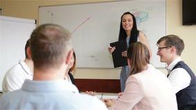 Empregados diversos e treinador fêmea Mentor Raise Hands na oficina do treinamento da empresa Obtenha contratado envolvido dentro vídeos de arquivo