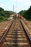 Empregados do contrato que trabalham na trilha Railway indiana Imagens de Stock