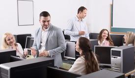 Empregados felizes e comemoração do gerente imagens de stock