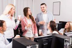 Empregados felizes e comemoração do gerente fotografia de stock