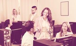 Empregados felizes e comemoração do gerente imagem de stock royalty free