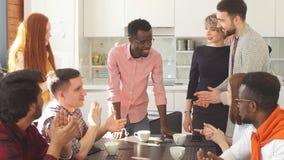 Empregados novos de uma empresa moderna para comunicar-se durante uma ruptura de café vídeos de arquivo