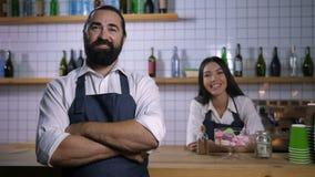 Empregados positivos da cafetaria no sorriso dos aventais vídeos de arquivo