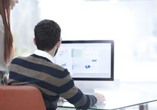 Empregados que analisam os gráficos do mercado imagens de stock royalty free