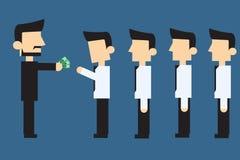 Empregados que recebem o salário mensal Fotografia de Stock