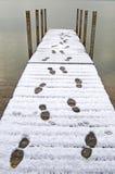 Empreinte de pas dans la neige sur le dock Image stock