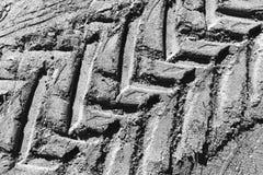Empreinte de pas noire et blanche de pneu à l'arrière-plan de texture de saleté Images libres de droits