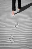 Empreinte de pas sur le sable blanc Photos libres de droits