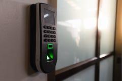 Empreinte digitale de balayage des employés pour enregistrer le temps de travail images libres de droits