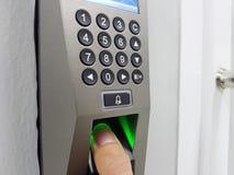 Empreinte digitale et contrôle d'accès dans un immeuble de bureaux photo libre de droits