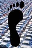 Empreintes de pas au-dessus de parking complètement de voitures Photographie stock libre de droits