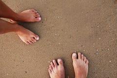 Empreintes de pas dans des couples d'amour dans le sable sur le bord de la mer Photo libre de droits
