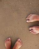 Empreintes de pas dans des couples d'amour dans le sable sur le bord de la mer Image libre de droits