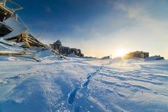 Empreintes de pas dans la neige profonde dans une ville fantôme Photos stock