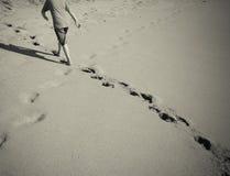 Empreintes de pas dans le sable image stock