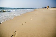 Empreintes de pas dans le sable lisse sur l'Océan Indien photo libre de droits