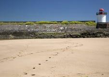 Empreintes de pas dans le sable, phare, port Burry photo stock