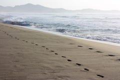 Empreintes de pas dans le sable sur la plage Costa Rei en Sardaigne Photos stock