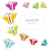 Empreintes de pas de bébé et carte de voeux de papillon Photographie stock