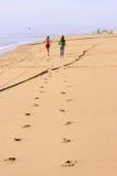 Empreintes de pas de la concurrence à la plage Photo libre de droits