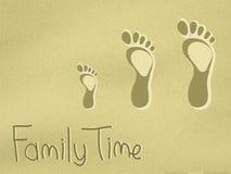Empreintes de pas de papa, de maman et de childs sur le sable Images stock