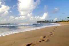 Empreintes de pas de plage image libre de droits
