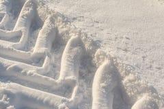 Empreintes de pas de tracteur dans la neige Images libres de droits