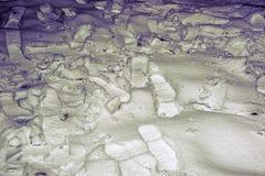 Empreintes de pas des chaussures dans la neige la nuit Photo libre de droits