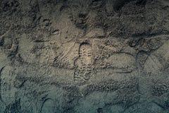 Empreintes de pas des espadrilles dans le sable Images libres de droits