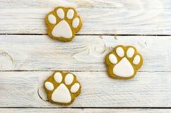 Empreintes de pas des pattes de chien Pain d'épice doux sur le fond blanc Image libre de droits