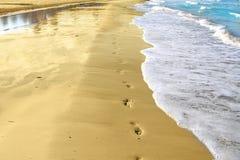 Empreintes de pas et plage tropicale de sable photo libre de droits