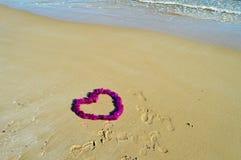 Empreintes de pas menant à un message d'amour Image stock
