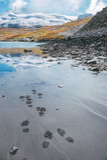 Empreintes de pas près d'un lac de montagne dans les Alpes français Images stock