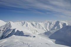 Empreintes de pas sur l'arête de la montagne recouverte par neige Images stock