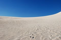 Empreintes de pas sur la dune de sable Image libre de droits