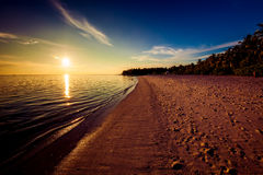 Empreintes de pas sur la plage tropicale au coucher du soleil photos stock