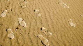 Empreintes de pas sur le sable chez Tottori Images stock