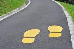 Empreintes du pied jaunes photo libre de droits