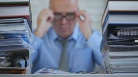 Empresário In Accounting Archive da imagem borrada que trabalha com documentos imagens de stock royalty free