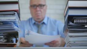 Empresário In Accounting Archive da imagem borrada que trabalha com documentos imagem de stock