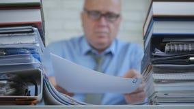 Empresário In Accounting Archive da imagem borrada que trabalha com documentos imagens de stock