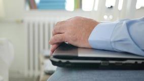 Empresário In Accounting Archive da imagem borrada que trabalha com documentos video estoque