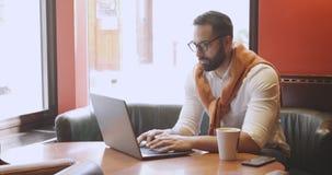 Empresário adulto no café video estoque