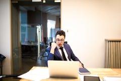 Empresário bem sucedido masculino que trabalha em um contrato de emprego no netbook fotos de stock