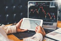 Empres?rio Business Man do mercado de valores de a??o do investimento que usa a discuss?o da tabuleta e a troca do mercado de val imagens de stock royalty free