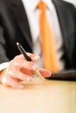 Empresário com o portátil em seu escritório para negócios Fotos de Stock