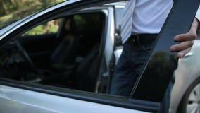Empresário considerável que obtém no carro estacionado vídeos de arquivo