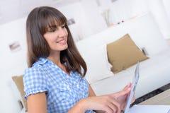 Empresário da mulher de negócios que trabalha no portátil do espaço de escritório domiciliário fotos de stock