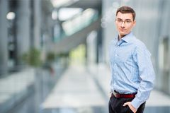 Empresário das pessoas de 25 anos na camisa azul Fotografia de Stock Royalty Free